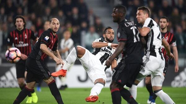 Medhi Benatia in acrobazia in Juventus - Milan di campionato