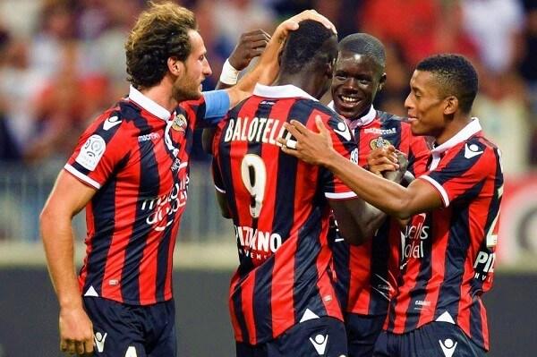Balotelli festeggia con i compagni per una sua rete con il Nizza