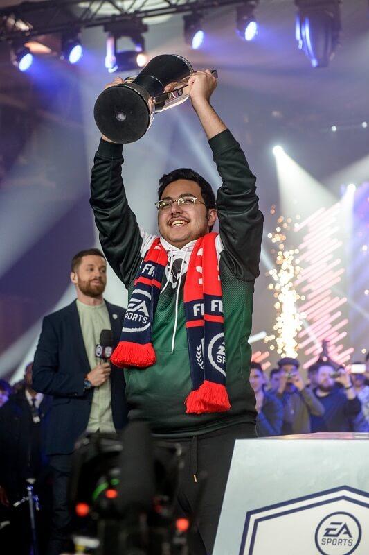 MsDossary alza la coppa della FUT Champions CUP di Manchester, di aprile 2018