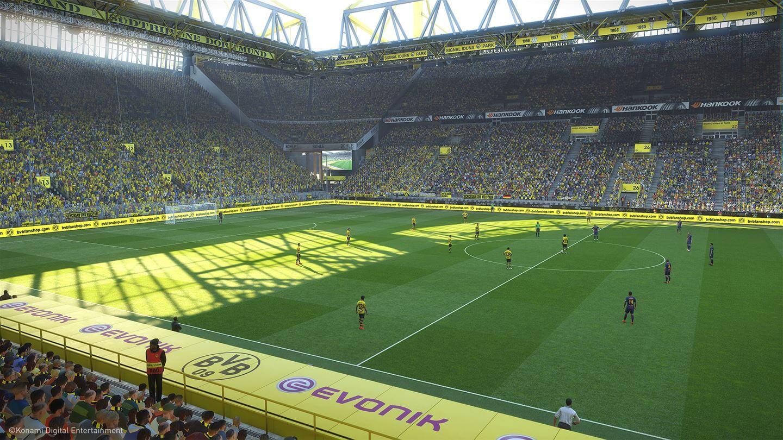 Visuale dall'alto di un match tra Borussia e Barcellona in PES 2019