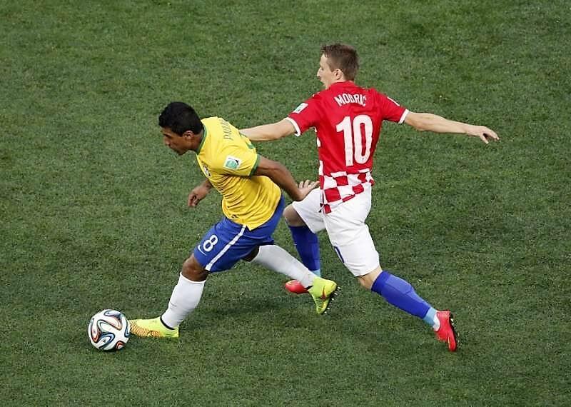 Modric e Paulinho in un contrasto in Brasile - Croazia