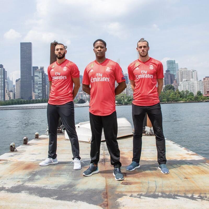 Alex Hunter, Benzema e Bale alla presentazione della terza divisa (rossa) del Real Madrid