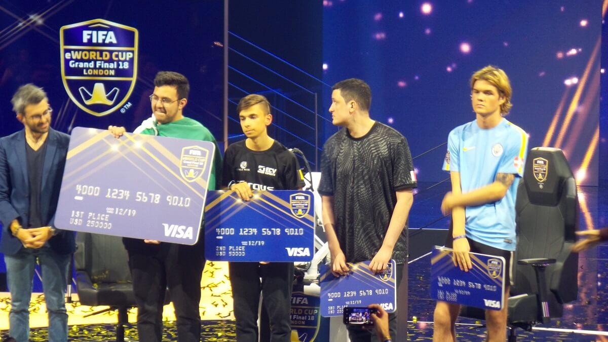 I primi 4 classificati al FIFA eWorld Cup ricevono il premio in denaro